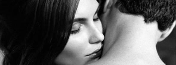 Mulher sente cheiro de perfume