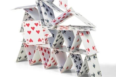 castelo de cartas caindo