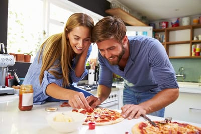 encontro de casal inesquecível homem e mulher fazendo comida