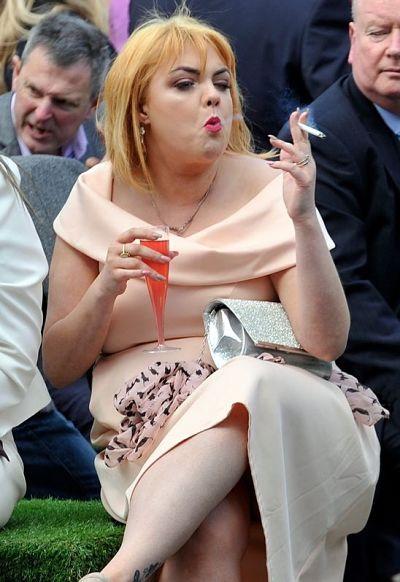 mulher gorda fumando cigarro