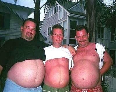 três homens obesos com a barriga aparecendo