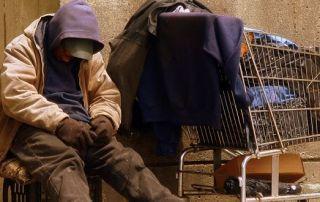 mendigo de rua dormindo