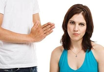 mulher irritada com homem