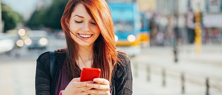 mulher no celular buscando sexo casual